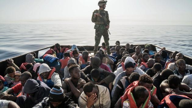 Die libysche Küstenwache kontrolliert ein Boot mit Migranten. (Symbolbild)