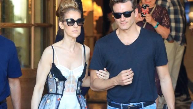 Celine Dion verlässt am Arm von Tänzer Pepe Munoz das Hotel Ritz in Paris