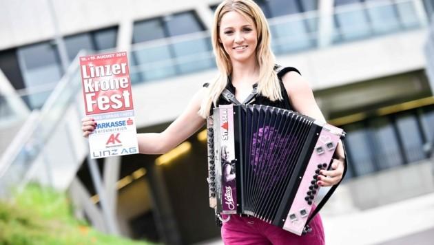 """Melissa Naschenweng geigt mit ihrer pinken Harmonika beim Linzer """"Krone""""-Fest auf. (Bild: Markus Wenzel)"""