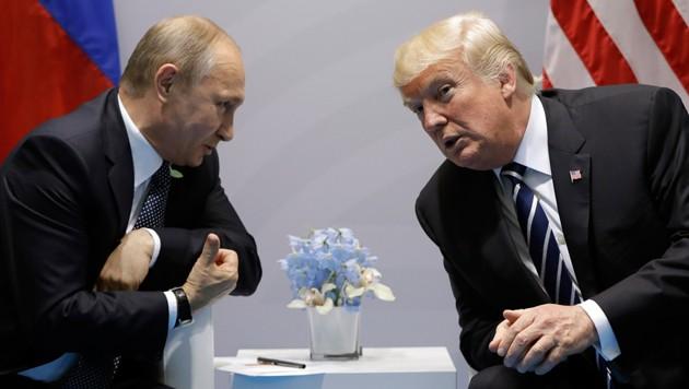 Wladimir Putin und Donald Trump im Gespräch am Rande einer internationalen Konferenz (Bild: AP)