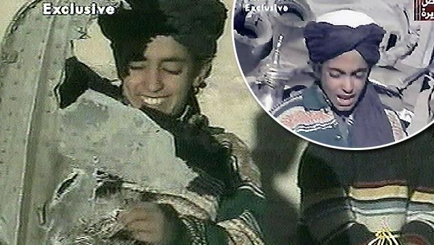 Aufnahmen aus dem Jahr 2001: Hamza Bin Laden beim Spielen mit Flugzeugtrümmern (Bild: AP, APA/EPA PHOTO AFPI/AL-JAZEERA)