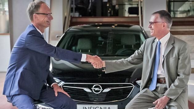 Opel-Chef Michael Lohscheller und PSA-CEO Carlos Tavares (rechts) besiegeln den Deal.