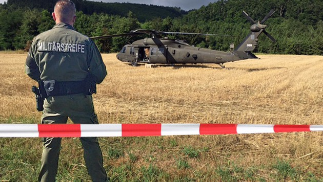 Der US-Helikopter wurde von der Militärstreife bewacht. (Bild: Sandra Ramsauer)