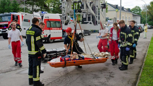 Einsatzkräfte beim Rettungseinsatz (Bild: APA/FRITZ BEICHBUCHNER)