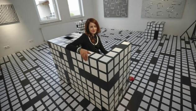 Die Südtiroler Künstlerin Ester Stocker im Würfelsofa. (Bild: Markus Tschepp)