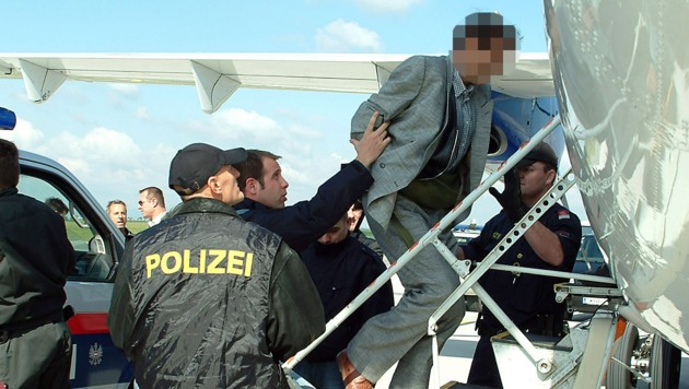 Ein abgeschobener Migrant beim Besteigen eines Flugzeugs in Österreich (Bild: BMI/Egon Weissheimer)