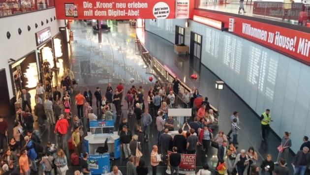 """Der Ankunftsbereich am Wiener Airport musste aus Sicherheitsgründen teilweise geräumt werden. (Bild: """"Krone""""-Leserreporter Markus Leitner)"""