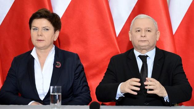 Ministerpräsidentin Szydlo und Parteikollege Jaroslaw Kaczynski im Visier der EU-Vertragshüter (Bild: AFP)
