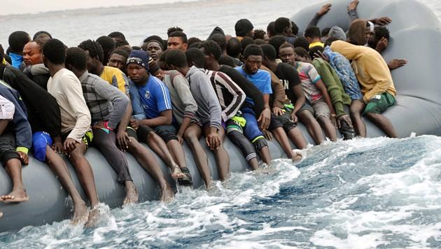 Migranten bei der gefährlichen Überfahrt nach Europa (Bild: AFP)