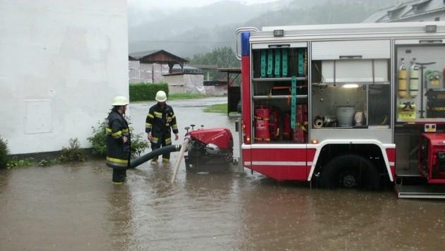 Auch Stallungen eines Hofes in Strassburg wurden überflutet. (Bild: FF Strassburg)