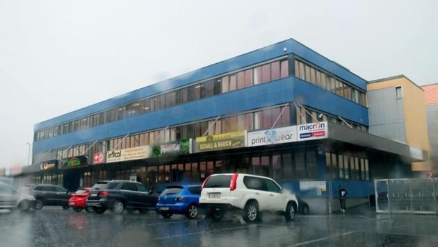 Auf diesem Gebäude im Industriegebiet soll noch heuer mit dem Bau eines Hotels begonnen werden. (Bild: Horst Einöder)