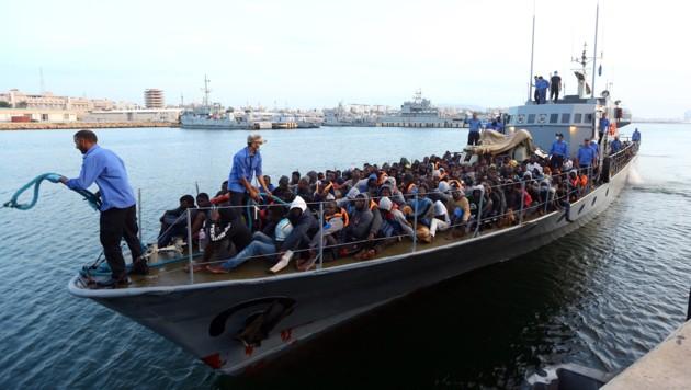 Ein Boot der libyschen Küstenwache im Hafen von Tripolis (Bild: AFP)
