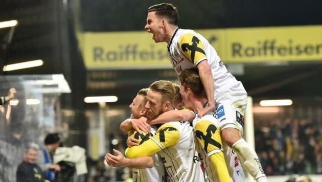 So wollen die LASK-Kicker heute bei der Rückkehr in die Bundesliga auch gegen die Admira jubeln (Bild: Harald Dostal)