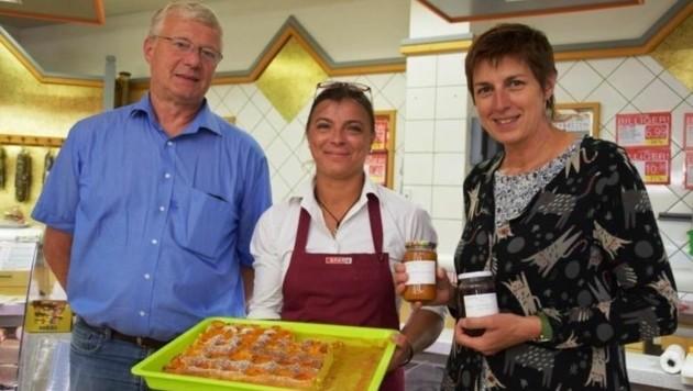 Bürgermeister Ganisl und Landesvize Rössler beim Sparmarkt (Bild: LPB)