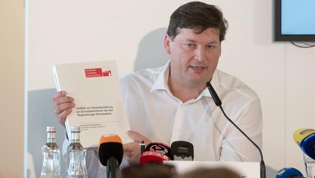 Anwalt Ulrich Weber bei der Präsentation des Abschlussberichts (Bild: dpa)