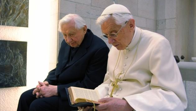 Papst Benedikt XVI. beim gemeinsamen Gebet mit seinem Bruder Georg Ratzinger im Jahr 2012 (Bild: AFP)