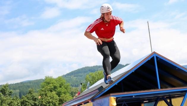 Die Starter müssen unter anderem mit einer Leiter ein Haus erklimmen (Bild: Evelyn Hronek)
