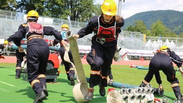 Die Damen übten den tradtitionellen Löschangriff im Stadion (Bild: Evelyn Hronek)