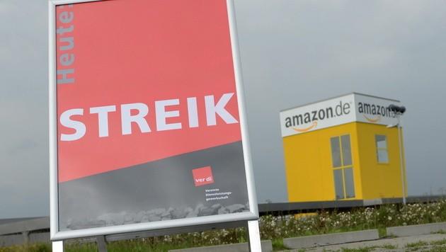 Symbolbild: Die Gewerkschaft Verdi ruft Amazon-Mitarbeiter in Deutschland zum Streik auf. (Bild: APA/EPA/UWE ZUCCHI)