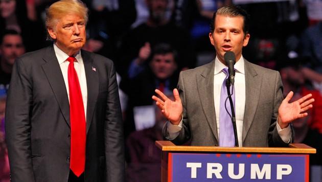 Donald Trump jr. (rechts) mit seinem Vater bei einer Wahlkampfveranstaltung (Bild: AFP/Getty Images/John Sommers II)