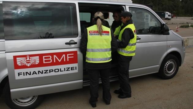 Finanzpolizisten bei der Arbeit: Viele ihrer Anzeigen blieben leider beim Magistrat Linz liegen. (Bild: Hannes Wallner)