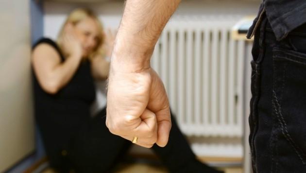 Erst häusliche Gewalt - und dann auch noch Entzug des Kindergeldes für verprügelte Mutter (Bild: Dan Race - Fotolia)