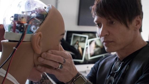 Matt McMullen vom Hersteller RealDoll bei der Arbeit an einem seiner Sexroboter (Bild: facebook.com)