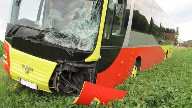 Der Bus kam nach der Kollision mit den Radfahrern in einem Feld zum Stehen. (Bild: unbekannt)