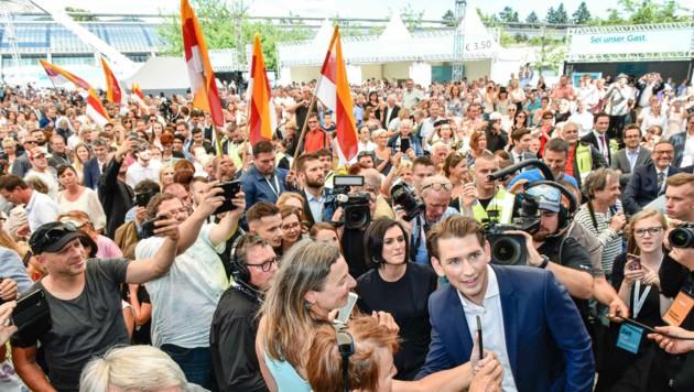 Der neue ÖVP-Chef Sebastian Kurz genießt den Zuspruch beim Sommerfest nach dem Parteitag in Linz. (Bild: Markus Wenzel)