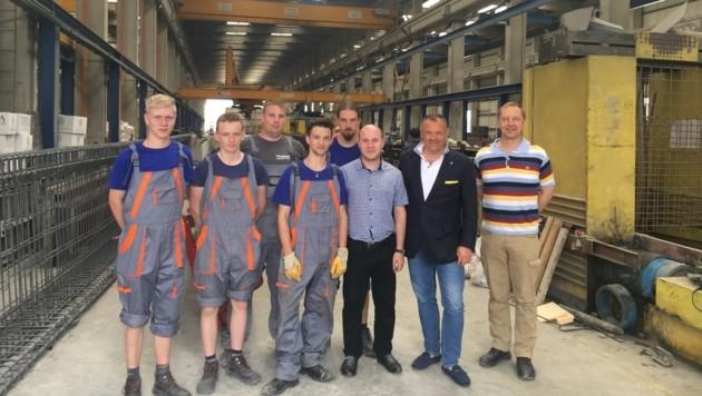 Die Lehrlinge mit Werksleiter Marius Olteanu, Vorstand Klaus Einfalt und Lehrer Johann Hasenhütl. (Bild: SW Umwelttechnik)