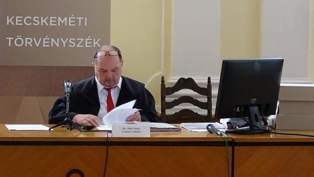 Richter Janos Jadi blättert in den Polizeiverhörprotokollen der Angeklagten. (Bild: Gabor Agardi)