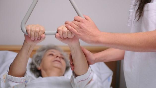 Schwierige Arbeit im Pflegeheim (Bild: APA/Barbara Gindl (Symbolbild))