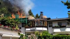Das Feuer brach im Dachstuhlbereich dieses Einfamilienhauses in Absam aus. (Bild: zeitungsfoto.at)