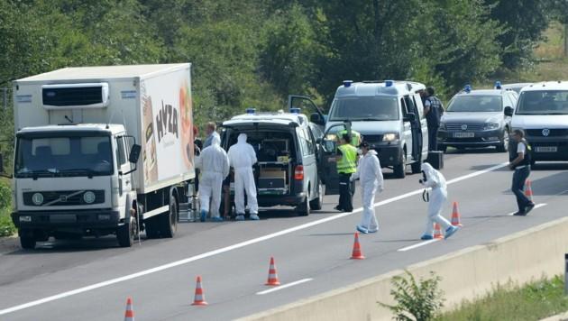 71 Menschen, unter ihnen vier Kinder, wurden im August 2015 tot in diesem Lkw auf der A4 entdeckt. (Bild: APA/Roland Schlager)