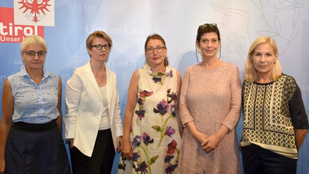 Baur (M.), Sylvelyn Hähner-Rombach, Alexandra Weiss, Michaela Ralser, Elisabeth Dietrich-Daum (v.l.) (Bild: Land Tirol)