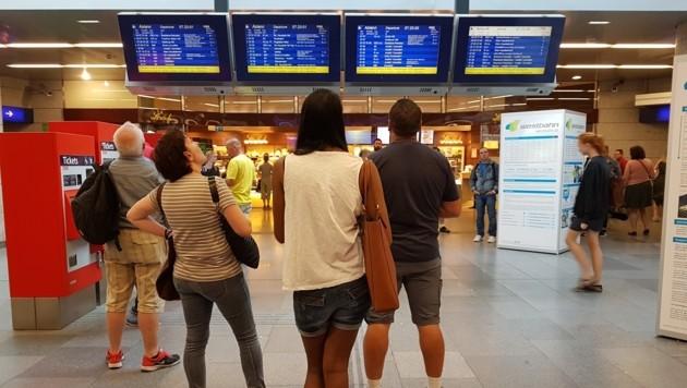 Passagiere am Bahnhof Wien-Meidling