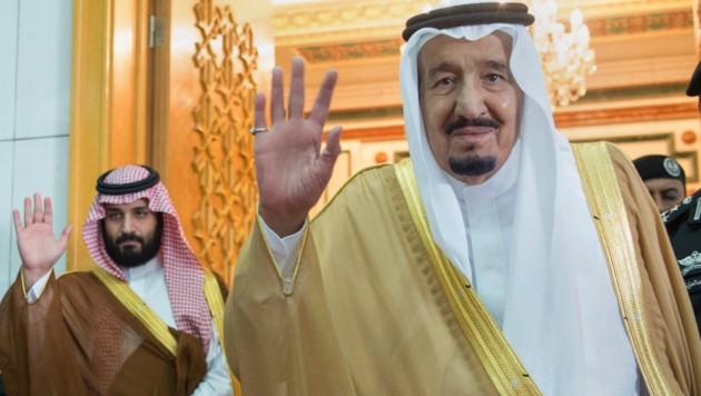 König Salman (re.) mit seinem Kronprinzen Mohammed bin Salman (Bild: AP)