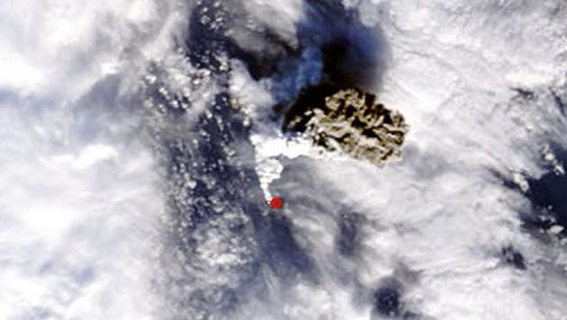 Ein Ausbruch des Untersee-Vulkans Bogoslof aus dem All fotografiert