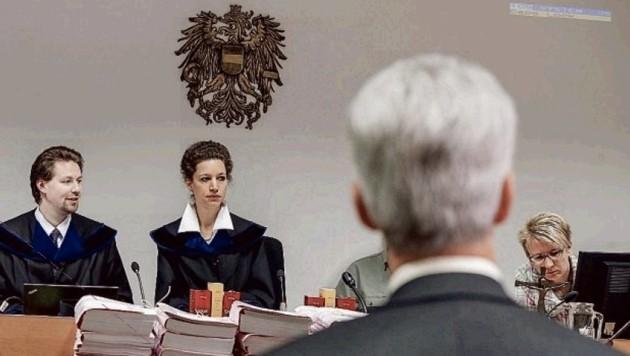 Hofrat Paulus wird von Richterin Anna Sophia Geisselhofer einvernommen. (Bild: Markus Tschepp)