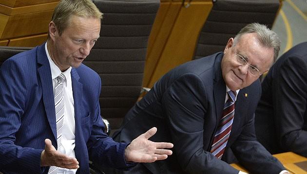Rot-Blau im Burgenland: Landeshauptmann Niessl mit seinem FPÖ-Stellvertreter Johann Tschürtz (Bild: APA/ROBERT JAEGER)