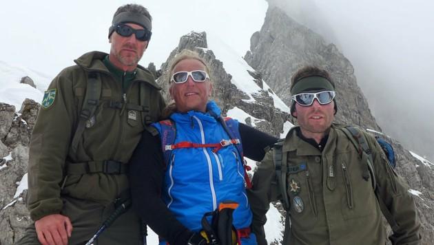 Andy Holzer (Mitte) mit den beiden Heeresbergführern, die ihn auf den Everest begleitet haben (Bild: Kronen Zeitung, krone.at-Montage)