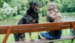 Sabine mit ihrem Beauceron. Der Hund habe ihr sehr bei der Bewältigung ihres Traumas geholfen. (Bild: Markus Tschepp)