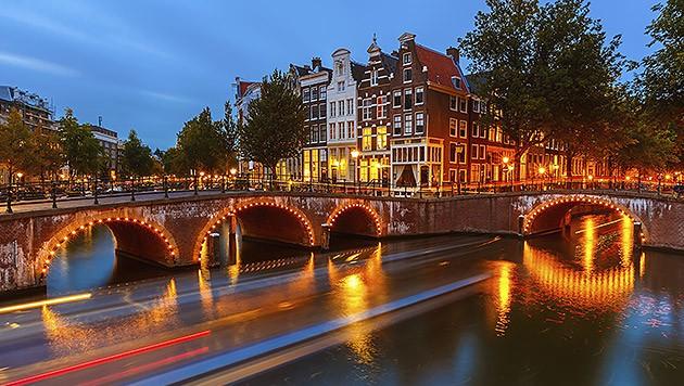 Eine der vielen Grachten in Amsterdam (Bild: thinkstockphotos.de)
