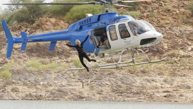 Nix für Menschen mit Höhenangst: Larissa wagt den Zehn-Meter-Sprung aus dem Helikopter. (Bild: ProSieben/Richard Hübner)
