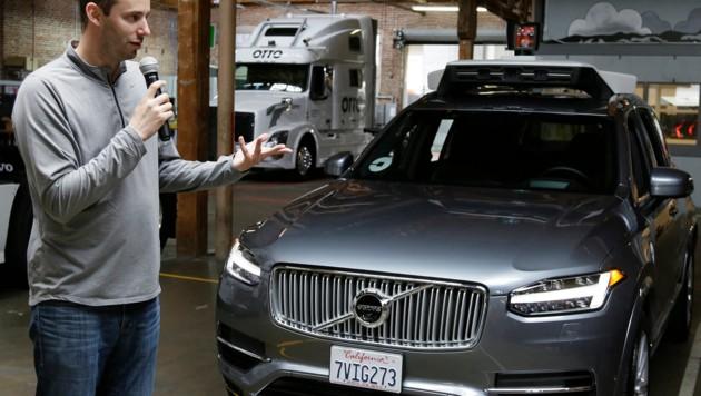 Anthony Levandowski vor einem autonom fahrenden Volvo, mit dem Uber seine Technologien erprobt. (Bild: AP)