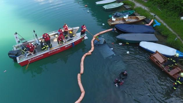 Feuerwehr-Taucher sicherten den im See versunkenen Pkw (Bild: kerschi.at)