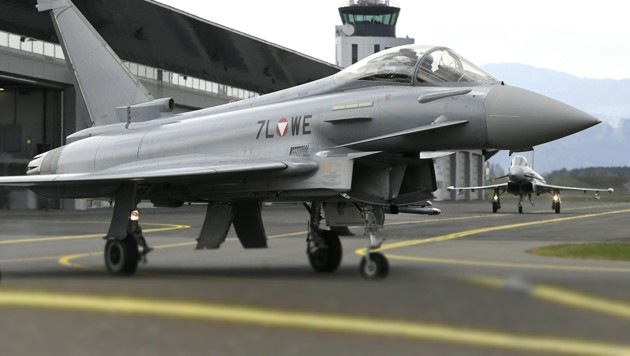 Ein Eurofighter des österreichischen Bundesheeres auf dem Fliegerstützpunkt in Zeltweg. (Bild: APA/Harald Schneider)
