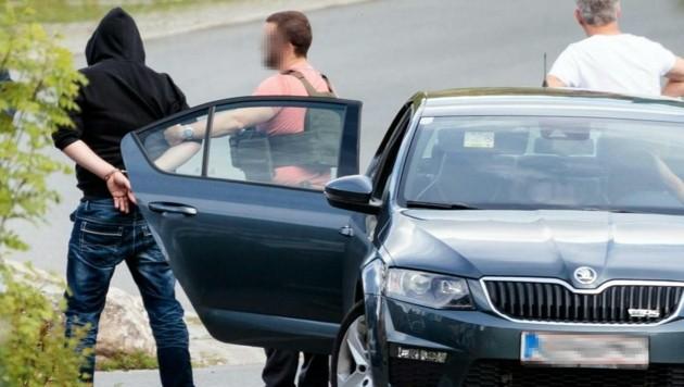 Der verdächtige Geiselnehmer von Erpfendorf wurde in Handschellen abgeführt. (Bild: APA/EXPA/ JOHANN GRODER)