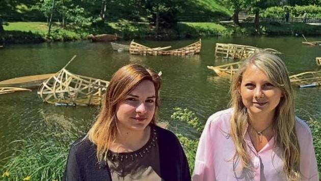 Vor den Booten: Studentinnen Heidi Schaffer und Anja Labner. (Bild: Max Grill)