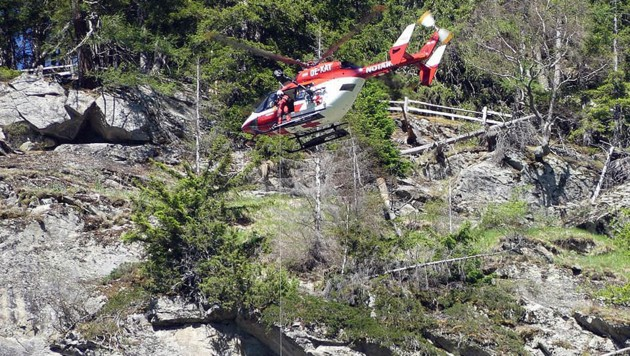 Wolfgang Linzer an der 70 Meter langen Seilwinde. Der Felsvorsprung nahm die Sicht (Bild: Alpinpolizei Horst Wohlgemuth)